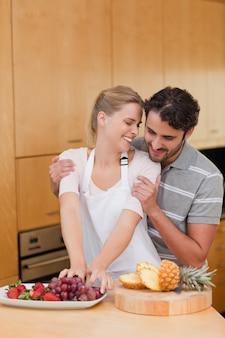 Retrato de um lindo casal comendo frutas