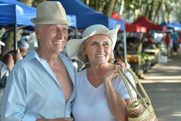 Retrato de um lindo casal de idosos no mercado de rua