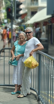 Retrato de um lindo casal de idosos no mercado