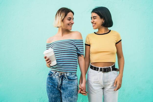 Retrato de um lindo casal de lésbicas, passando um tempo juntos e mostrando seu amor.