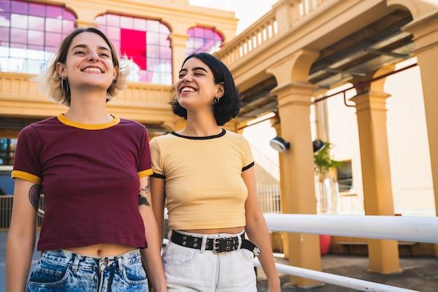 Retrato de um lindo casal de lésbicas, passando um tempo juntos e tendo um encontro ao ar livre.