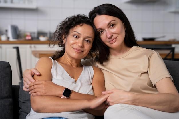 Retrato de um lindo casal de lésbicas sorridente Foto gratuita