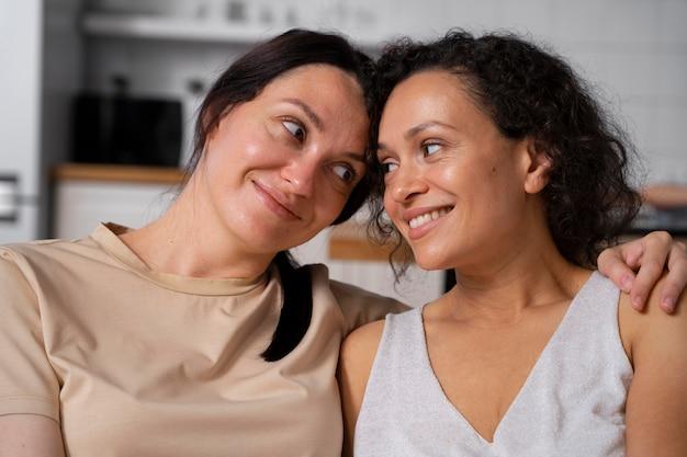 Retrato de um lindo casal de lésbicas sorridente