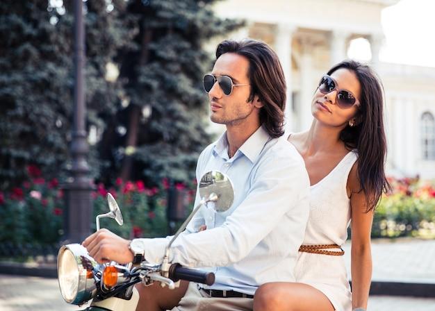 Retrato de um lindo casal em scooter