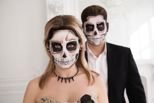 Retrato de um lindo casal em trajes medievais com vampiro
