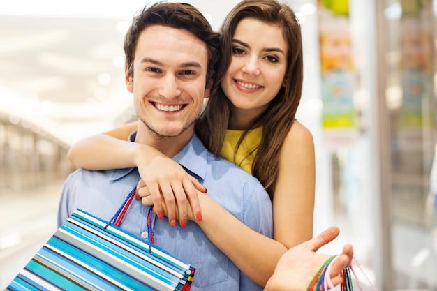 Retrato de um lindo casal jovem em shopping