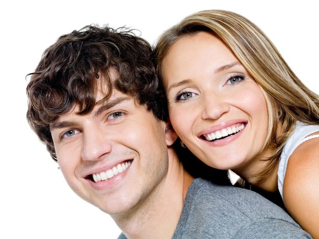Retrato de um lindo casal jovem feliz e sorridente - isolado