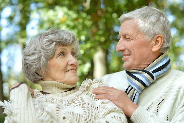 Retrato de um lindo casal maduro ao ar livre