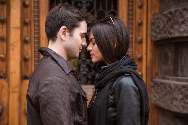 Retrato de um lindo casal romântico flertando ao ar livre