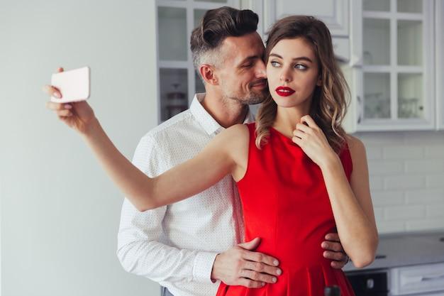 Retrato de um lindo casal vestido inteligente amoroso