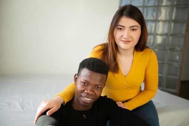 Retrato de um lindo jovem casal de homem e mulher