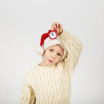 Retrato de um lindo menino feliz e alegre com chapéu de papai noel