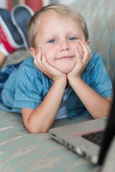 Retrato, de, um, loiro, menino jovem, com, laptop