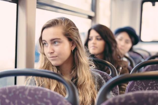 Retrato, de, um, loiro, mulher, ligado, um, autocarro