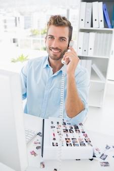 Retrato, de, um, macho, editor foto, usando, telefone