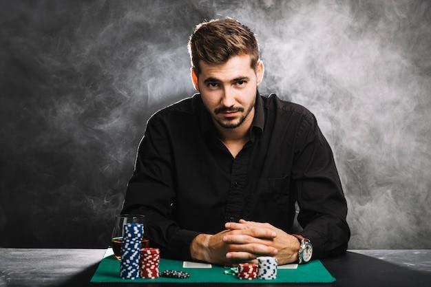 Retrato, de, um, macho, jogador, com, cassino lasca, e, cartas de jogar