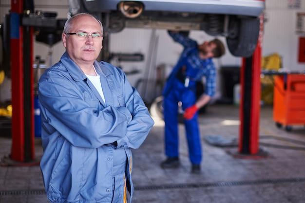 Retrato de um mecânico em uma oficina