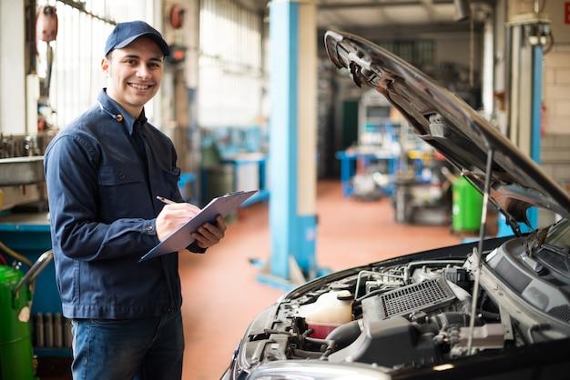 Retrato, de, um, mecânico, no trabalho, em, seu, garagem