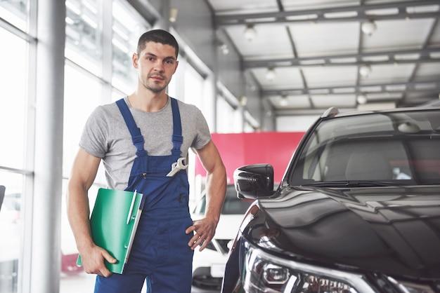 Retrato de um mecânico trabalhando em sua garagem