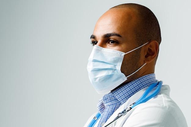 Retrato de um médico afro-americano com máscara médica e estetoscópio