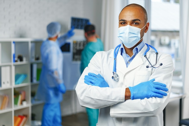 Retrato de um médico afro-americano, plano de fundo do gabinete do hospital