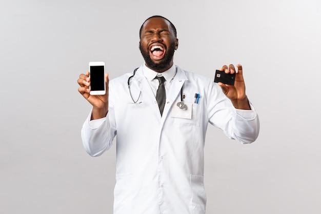 Retrato de um médico americano africano com uniforme branco