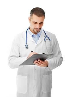 Retrato de um médico com placa de prescrição nas mãos, isolado no fundo branco