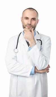 Retrato de um médico com uma barba e um casaco branco com uma expressão calma e positiva.
