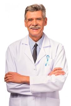 Retrato de um médico com uma fita azul.