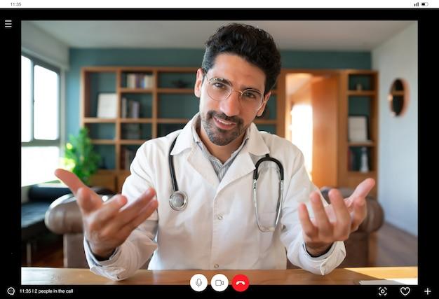 Retrato de um médico em uma videochamada para uma consulta virtual com um paciente