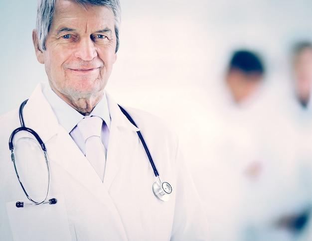 Retrato de um médico experiente, em trabalho de segundo plano