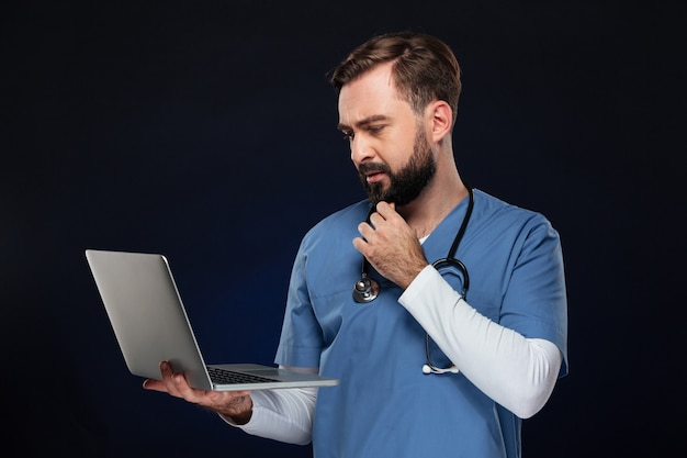 Retrato de um médico homem concentrado