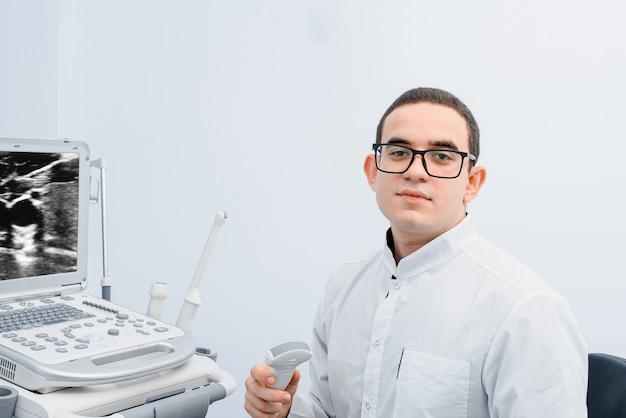 Retrato de um médico no fundo de uma máquina de ultrassom