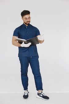 Retrato de um médico posando contra um fundo branco