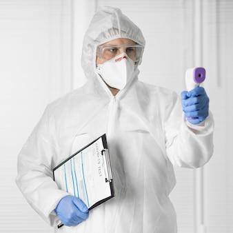 Retrato de um médico segurando um termômetro