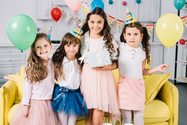 Retrato, de, um, menina aniversário, com, dela, amigos, em, a, partido