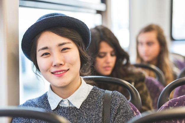 Retrato, de, um, menina asiática, ligado, um, autocarro