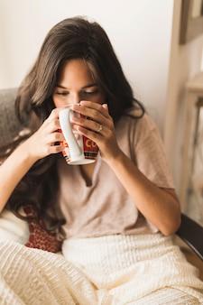 Retrato, de, um, menina, café bebendo, de, assalte