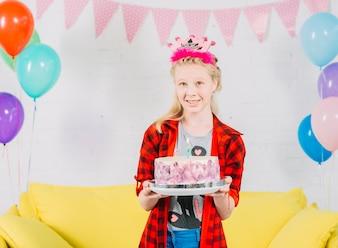 Retrato, de, um, menina, com, bolo aniversário, olhando câmera