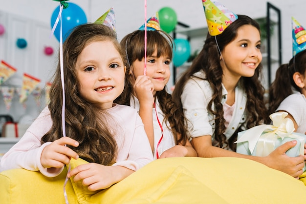 Retrato, de, um, menina, com, dela, amigos, desfrutando, a, partido aniversário