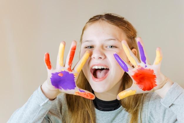 Retrato, de, um, menina, com, pintado, mãos