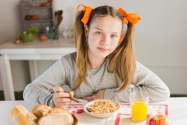 Retrato, de, um, menina, comer, saudável, pequeno almoço