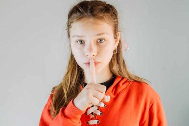 Retrato, de, um, menina, fazendo, silêncio, gesto