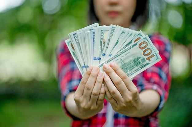 Retrato, de, um, menina jovem, com, dólares