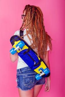Retrato, de, um, menina jovem, com, skateboard