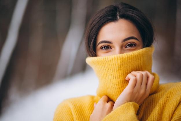 Retrato, de, um, menina jovem, em, um, amarela, suéter