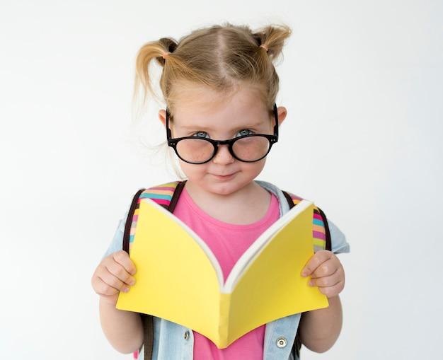 Retrato, de, um, menina jovem, lendo um livro