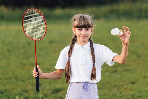 Retrato, de, um, menina, segurando, peteca, e, badminton