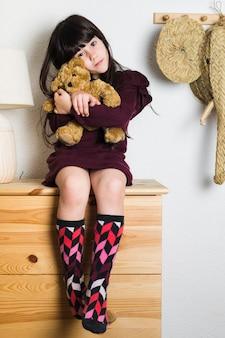 Retrato, de, um, menina, sentando, ligado, tabletop, com, enchido, brinquedo