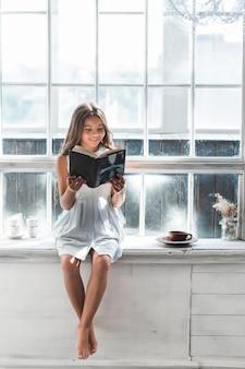 Retrato, de, um, menina sorridente, livro leitura, casa